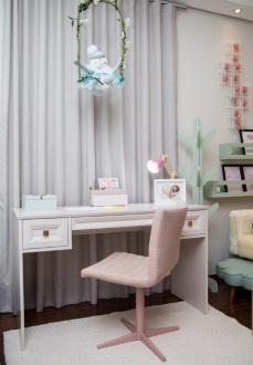 Cadeira cromada no rosé